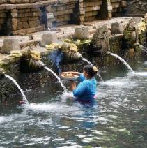Le matin, les femmes lavent et offrent aux dieux des guirlandes de fleurs (photo Instagram: @unenuitabali)