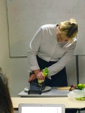 Julie Bosset cuisine toujours avec le sourire (photo: Caroline Durand)